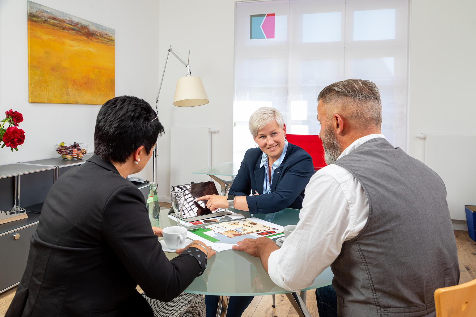 Besprechung einer Immobilie mit Interessenten