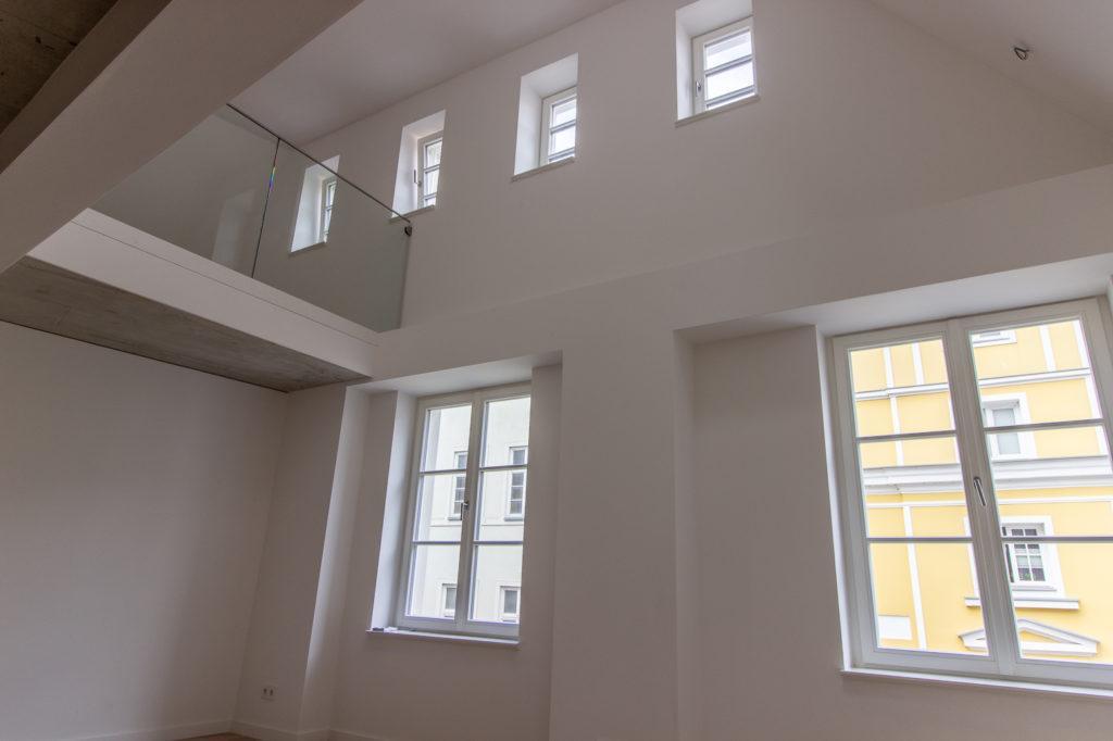 Wohnzimmer mit Blick zur Galerie im Traufenhaus in der Altstadt von Stralsund